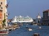 Cruiseschip in de haven van Venetië